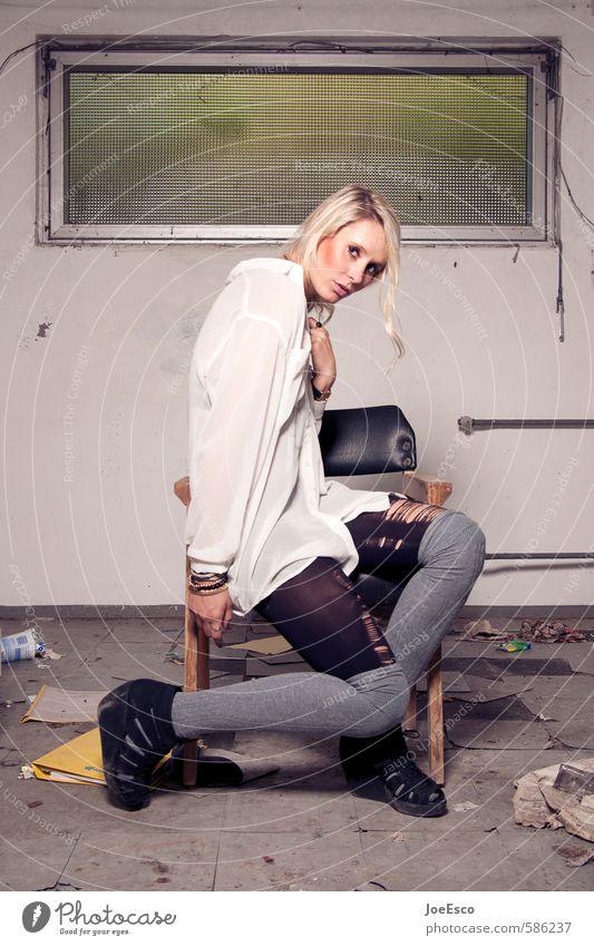 #586237 elegant Stil Häusliches Leben Renovieren Umzug (Wohnungswechsel) Stuhl Raum Keller feminin Frau Erwachsene 1 Mensch 18-30 Jahre Jugendliche Mode blond