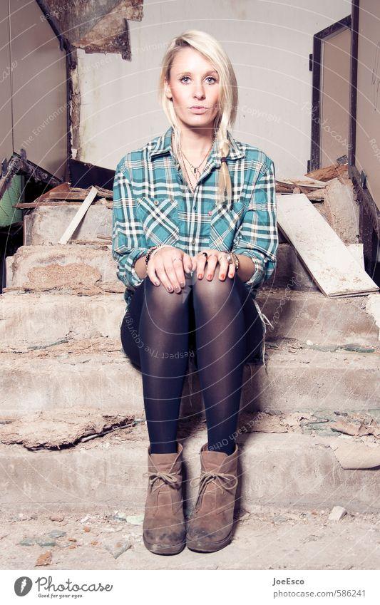 #586241 Abenteuer Hausbau Renovieren Umzug (Wohnungswechsel) einrichten Innenarchitektur Frau Erwachsene Mensch Ruine Treppe Mode Hemd blond langhaarig