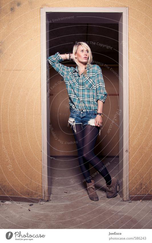 #586243 Frau Jugendliche schön Erholung 18-30 Jahre Erwachsene Stil Mode träumen elegant blond Häusliches Leben Zufriedenheit modern frisch Fröhlichkeit