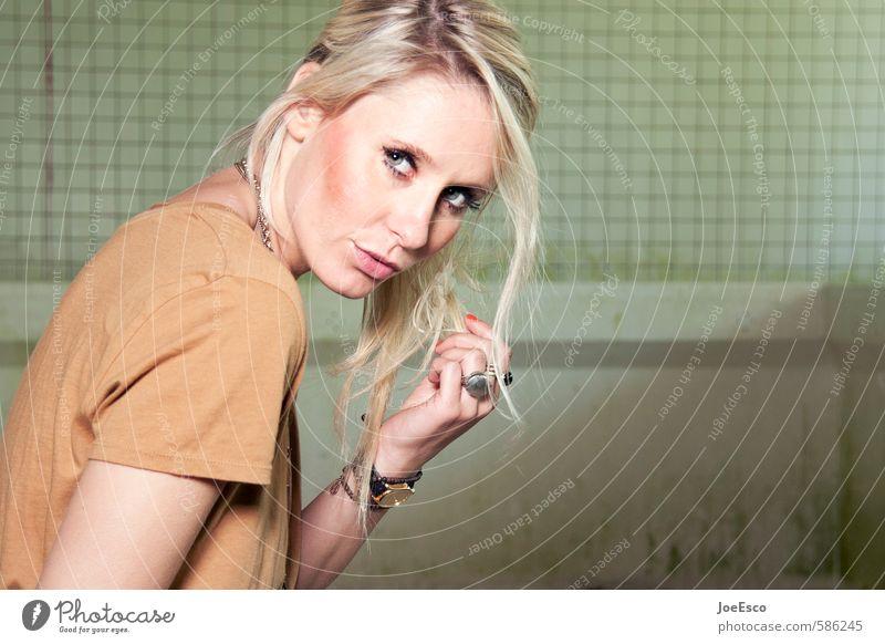 #586245 Mensch Frau Jugendliche schön 18-30 Jahre Gesicht Erwachsene Leben Stil Haare & Frisuren elegant blond beobachten Coolness einzigartig Körperhaltung
