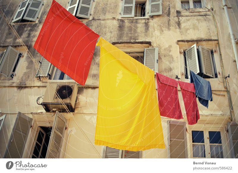 Buntwäsche bei 30° Stadtzentrum Haus Hochhaus Mauer Wand Fenster Klimaanlage dreckig Sauberkeit blau braun mehrfarbig gelb rot Wäsche hängen Kontrast sommerlich