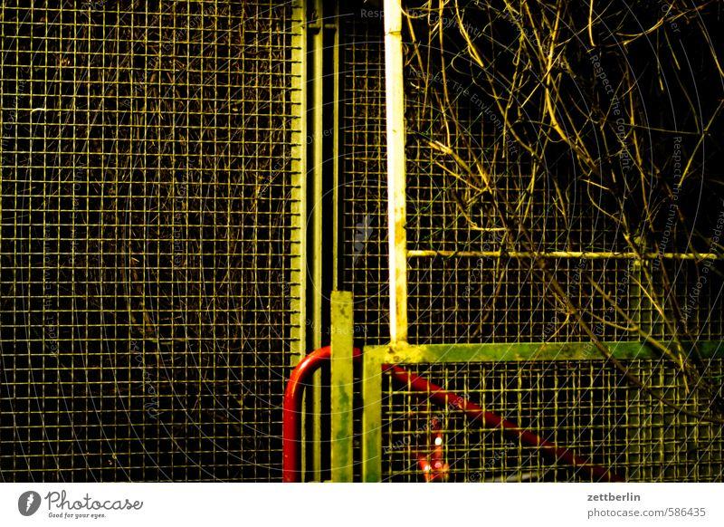 Zaun Drahtzaun Maschendrahtzaun Nachbar Grundstück Abend Nacht Tatort Diebstahl Einbruch Versicherung Barriere geschlossen Ausgang Zugang Treppe