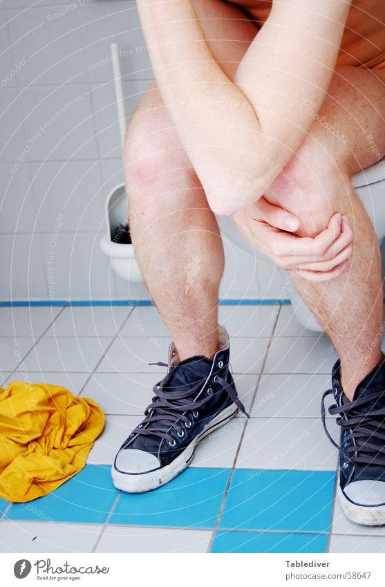 zappa style Mann Hand blau weiß nackt Beine Schuhe Arme Bad Toilette Turnschuh Chucks fließen Selbstportrait Toilettenbürste