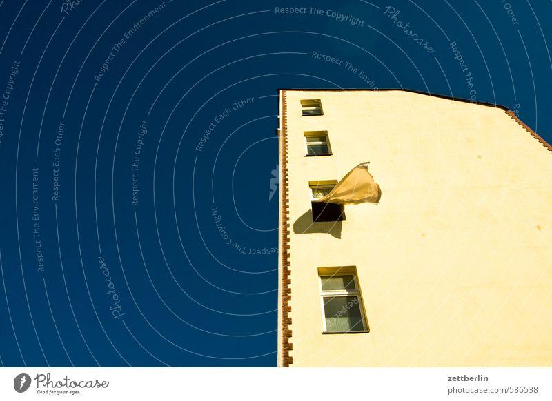 Wind Himmel Haus Fenster Gebäude Wind Perspektive Textfreiraum Wolkenloser Himmel Wohnhaus Wohnhochhaus wehen Hinterhof Plattenbau steil Stadthaus Wohngebiet