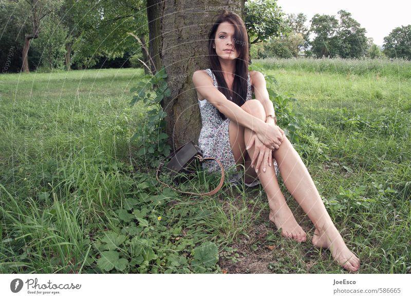 #586665 elegant Stil Freizeit & Hobby Abenteuer Ferne Freiheit Garten Frau Erwachsene Leben Pflanze Baum Park Wiese Kleid Accessoire beobachten Erholung sitzen