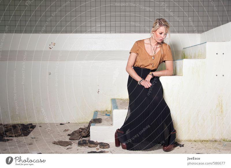 #586677 Lifestyle elegant Stil Frau Erwachsene Leben 1 Mensch Treppe Mode Schmuck blond träumen Traurigkeit warten schön einzigartig Gefühle Kraft Langeweile