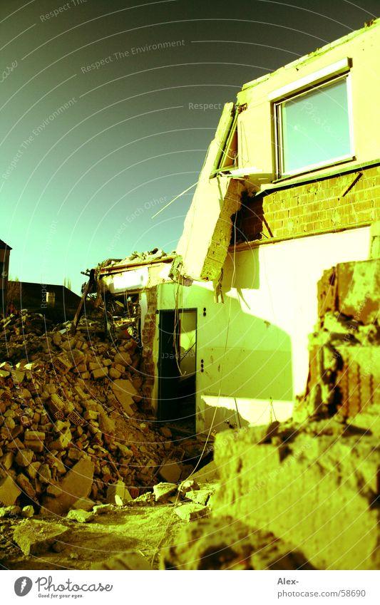 Abgerissen Baustelle kaputt Bagger Haus Bauschutt abwärts Backstein Beton Bombe explodieren Trödel Zerstörung Ferien & Urlaub & Reisen Himmel Brandasche Stein