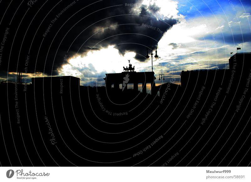 Götterdämmerung Brandenburger Tor Gegenlicht Wolken dramatisch Berlin Sonne