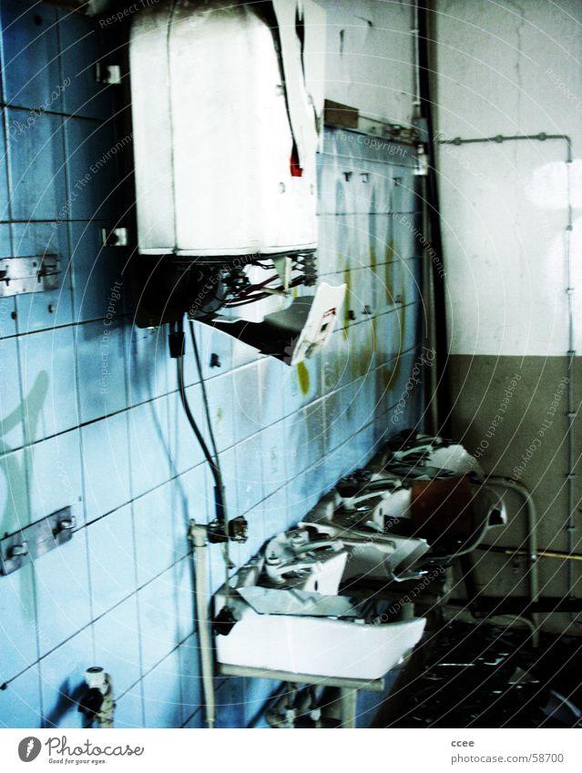 ausgebadet... blau Bad kaputt Zerstörung Waschbecken