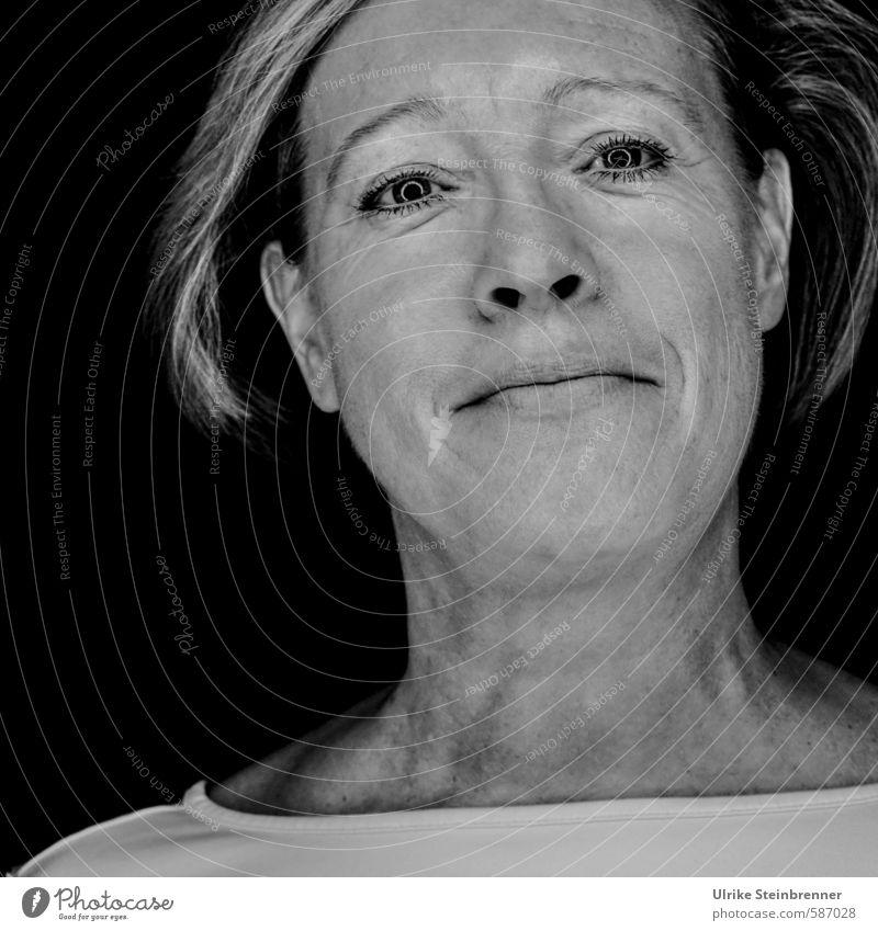 Lustige ältere Frau Mensch feminin Erwachsene Weiblicher Senior Leben Kopf Gesicht 1 45-60 Jahre T-Shirt alt Lächeln Blick frech Freundlichkeit Fröhlichkeit