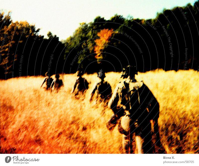 War Games Wald Wiese Feld Schutz Gewalt Krieg kämpfen Soldat Helm Waffe üben Armee Bundeswehr Kämpfer Gewehr Truppe