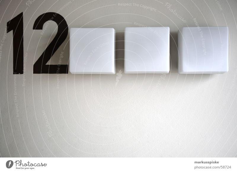 12 Etage Orientierung Hochhaus Notausgang Lampe Licht schwarz weiß Ziffern & Zahlen Treppenhaus