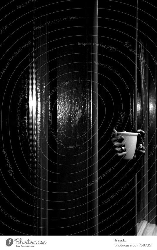 Teetasse Hand Winter Fenster Straße dunkel kalt Arbeit & Erwerbstätigkeit Tür warten Finger Kreis Kaffee Tasse Schmuck Ladengeschäft