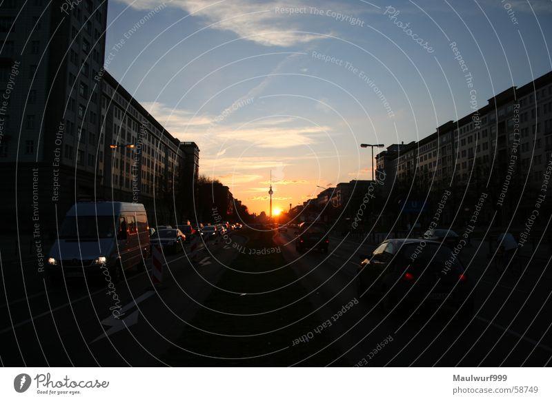 Sonnenuntergang in F-Hain Karl-Marx-Allee sonnentuntergang Berlin Berliner Fernsehturm Straße