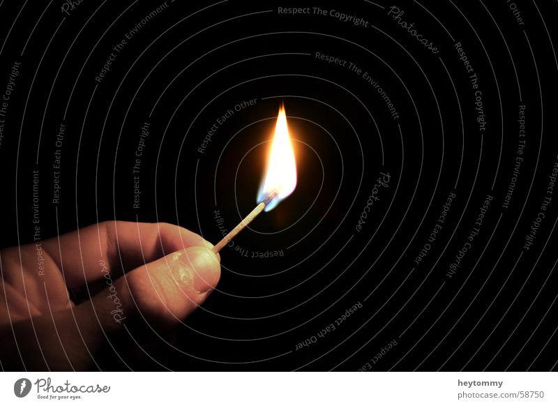 Lichtblick dunkel Hand Streichholz Finger brennen entzünden planen Hoffnung weitergeben Nacht schwarz aufgehen glänzend Anwartschaft Erwartung Hintertür
