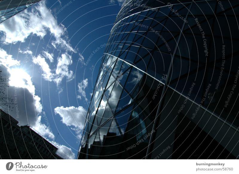 Hochschauen No.1 Wolken Hochhaus Gebäude Fenster Dreieck Blick Weitwinkel Himmel blau Sonne Schönes Wetter Reflexion & Spiegelung verspiegelt Glas