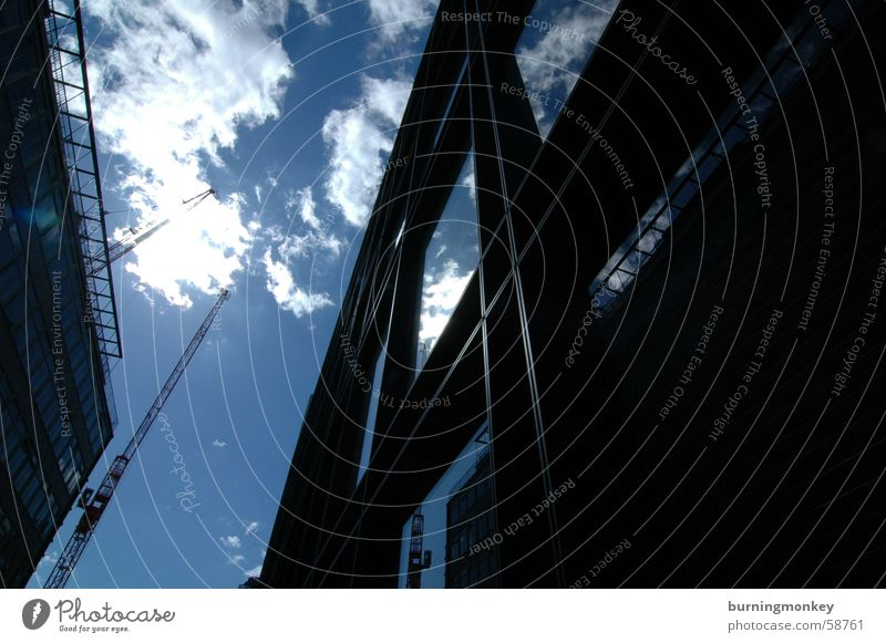 Hochschauen No.2 Wolken Hochhaus Gebäude Fenster Blick Weitwinkel Himmel blau Sonne Schönes Wetter Reflexion & Spiegelung verspiegelt Glas Blick nach oben