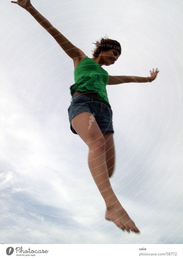 Floating Himmel Shorts springen T-Shirt juliana Jeanshose Wolken Junge Frau schön fliegen frei Freiheit Air Hände hoch Körperhaltung Beine lang Frauenbein