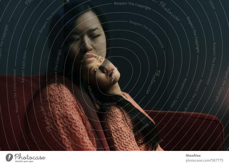 Zweiter Versuch Junge Frau Jugendliche Gesicht 18-30 Jahre Erwachsene Pullover schwarzhaarig langhaarig Sofa Denken sitzen ästhetisch schön nah natürlich retro