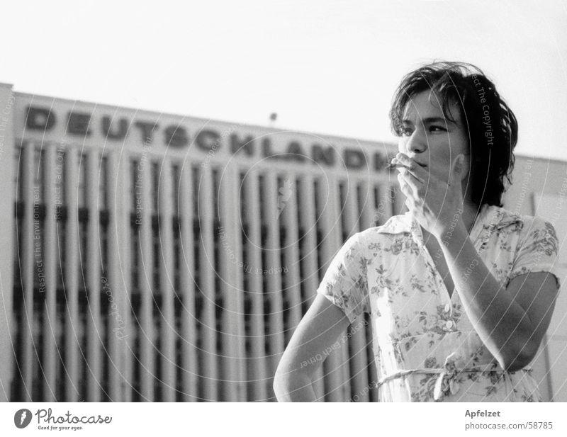 Vor der Deutschlandhalle Frau Rauchen Coolness Berlin Architektur