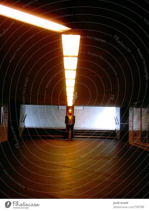 U wie unentschlossen sein Mensch Mann Einsamkeit Ferne dunkel Erwachsene Wege & Pfade Beleuchtung Denken Stein Linie Treppe verrückt Streifen Bodenbelag