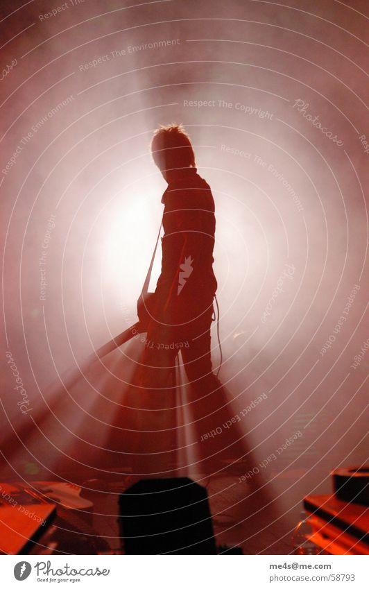 be a rockstar Konzert Bühne Stimmung Licht Nebel Artist Kunst Lied Hauptstimme Sänger Gitarrenspieler Popmusik weiß rot Mikrofon Verstärker Gegenlicht Mann