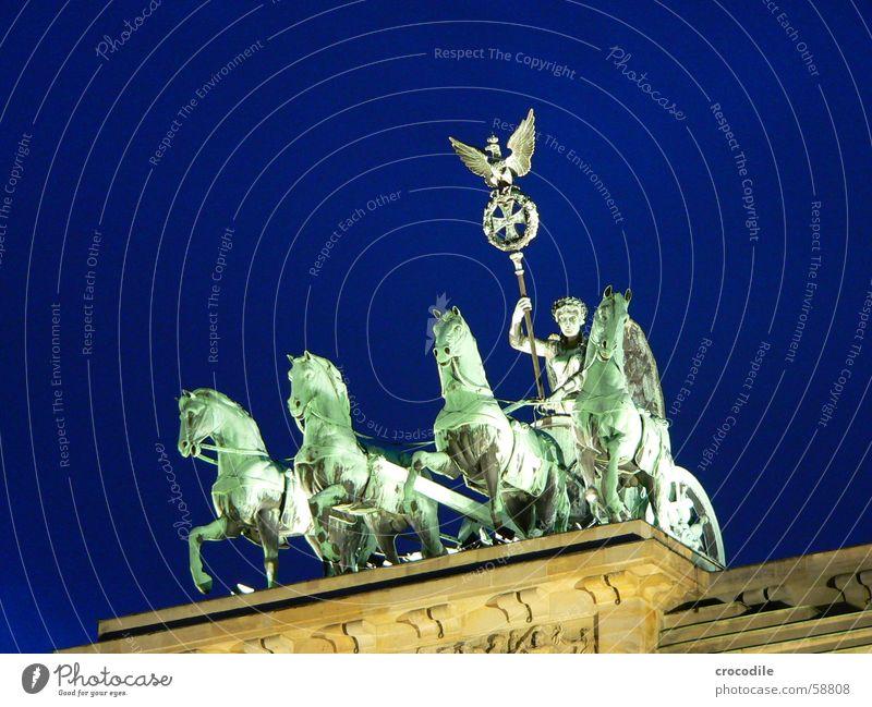 ins blaue reiten Mensch grün blau Lampe Berlin Beleuchtung Vogel Deutschland Denkmal Symbole & Metaphern Wahrzeichen Adler Sockel Pariser Platz