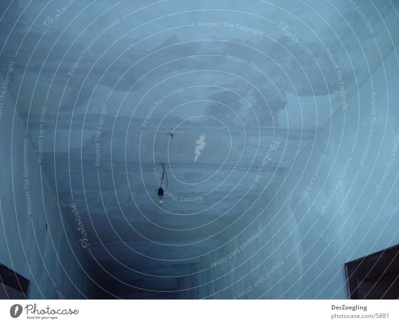 tristebirne Einsamkeit dunkel kalt grau Beton trist Häusliches Leben schäbig Flur Glühbirne