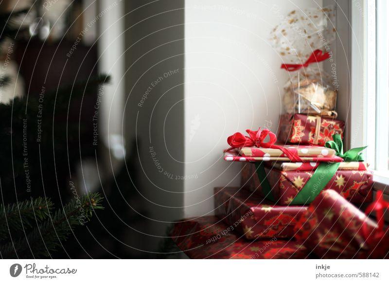 es weihnachtet Weihnachten & Advent rot Gefühle Stil Feste & Feiern Lifestyle Stimmung Häusliches Leben Dekoration & Verzierung Geschenk Neugier Verpackung Paket Weihnachtsgeschenk