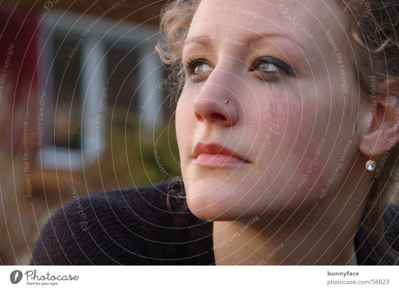 ein lichtblick Trauer Frau planen Hoffnung Schminke Neuanfang Denken Gedanke wiederkommen Tränen weinen Freude Lichtblick Blick nachdenken