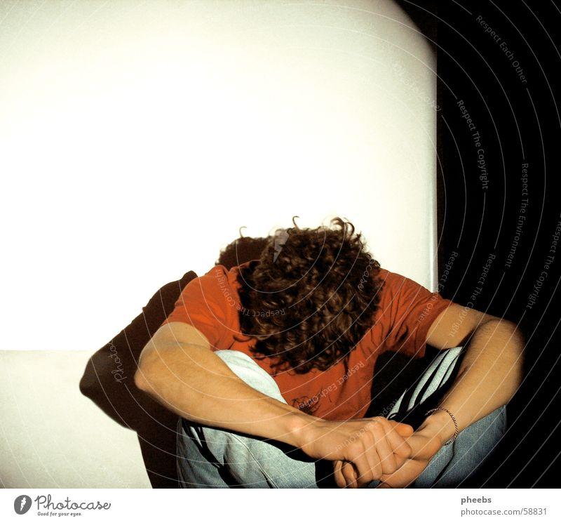 motionless Mann weiß Licht dunkel schwarz Nacht Hand rot T-Shirt bewegungslos ruhig Projektionsleinwand hell Schatten Abend Raum Arme Beine Kopf Müdigkeit
