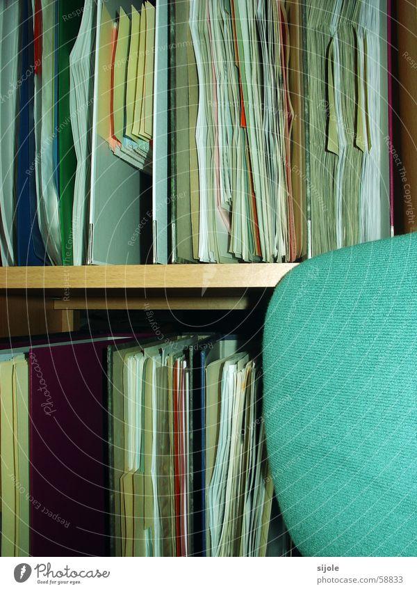 Geordnete Unordnung Regal Brief Papier Unterlage Drehstuhl Sessel grün türkis Polster Kapitalwirtschaft Mappe Aktenordner Holzbrett unterlagen Sitzgelegenheit