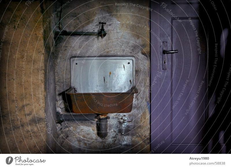 im Keller (irgendwie) alt dunkel Tür Röhren Rost Griff Riss Wasserhahn Waschbecken