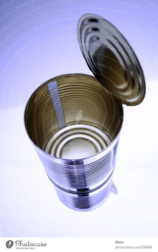 Die Dose Blech Konservendose offen leer Freisteller Vor hellem Hintergrund Objektfotografie Vogelperspektive Spiegelbild glänzend Studioaufnahme
