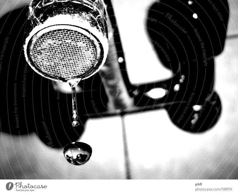 dropdown Wasserhahn Kalk dreckig Reflexion & Spiegelung Bad Schwarzweißfoto Wassertropfen