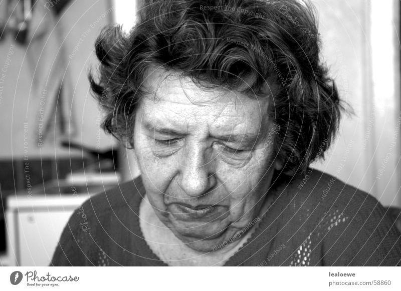 Oma Frau Senior Beginn Ende Freundlichkeit Großmutter Vergangenheit Geborgenheit Neuanfang Schwarzweißfoto