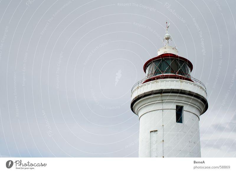 Leuchtturm Licht See Meer Sicherheit Navigation Wasserfahrzeug Verkehr Verkehrssicherheit Hochsee Küste ruhig Einsamkeit grau weiß rot gefährlich Europa