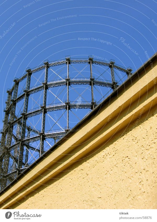 Gasbehälter Himmel blau Metall verrückt Technik & Technologie Industriefotografie Stahl diagonal Gegenteil Baugerüst Behälter u. Gefäße Stahlträger