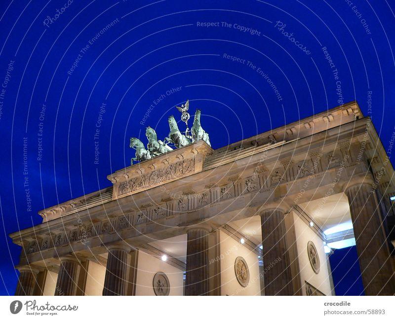 Brandenburger Tor Lampe Beleuchtung grün gelb Wahrzeichen Symbole & Metaphern Denkmal Verkehrswege Macht Berlin Reiter blau Himmel Stein