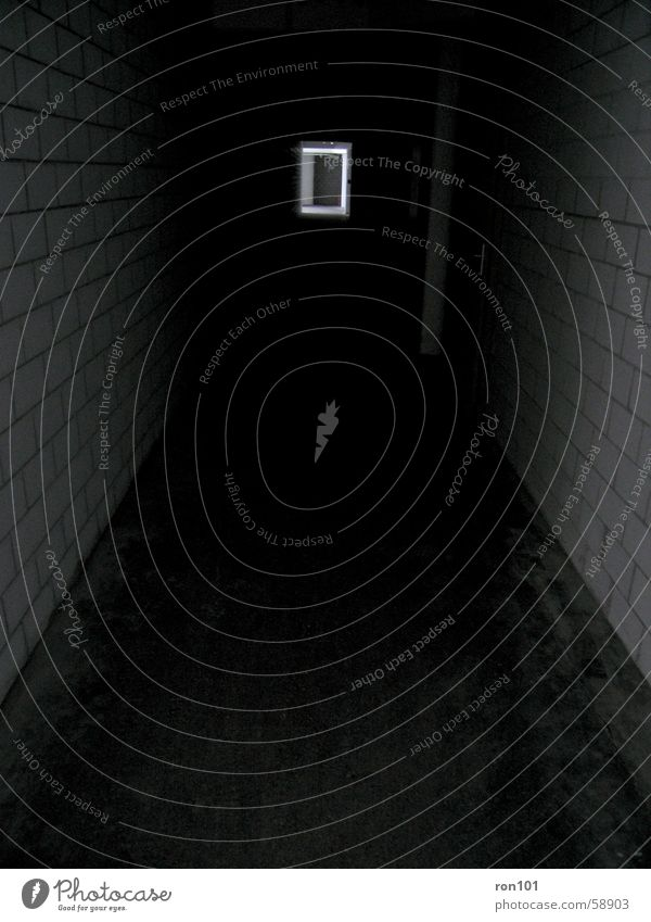 Corridor Of Darkness weiß schwarz dunkel Wand Tür Bodenbelag Flur