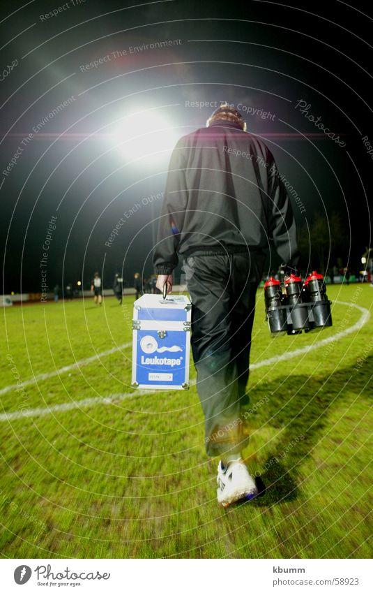 Ab in die Kabine dunkel Fußball laufen Geschwindigkeit Getränk Gesundheitswesen Koffer Anordnung Stadion grell langsam Flutlicht Sportverein Sanitäter Betreuer