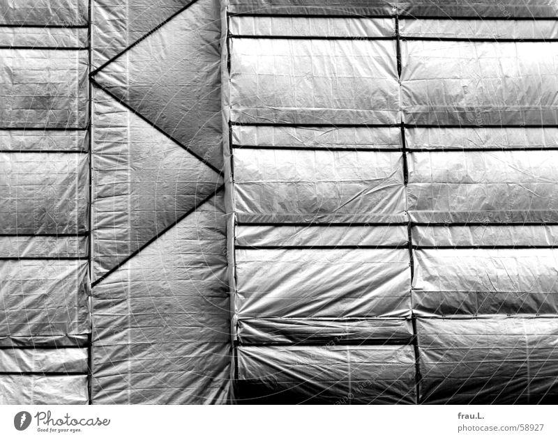 eingepackt Haus Fassade Sanieren Altbau Kunst Muster Handwerk Architektur bauhandwerk gerüstebau planen Renovieren Anstreicher Baugerüst Künstler