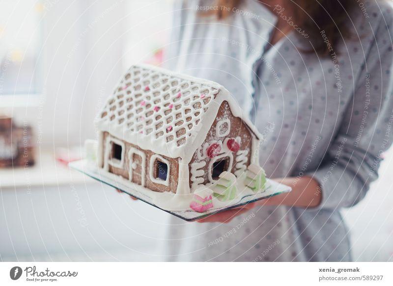 Lebkuchenhaus Lebensmittel Freude Glück Freizeit & Hobby Spielen Feste & Feiern Mensch feminin bauen lecker schön weiß Gefühle Stimmung Fröhlichkeit Vorfreude