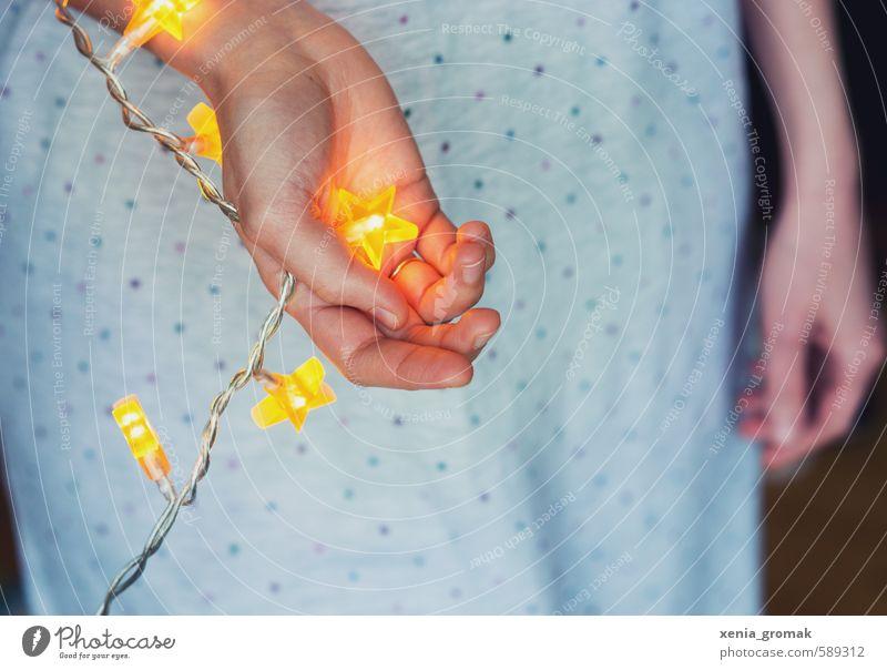 Stern in der Hand Feste & Feiern Weihnachten & Advent feminin Mädchen Junge Frau Jugendliche Erwachsene berühren glänzend leuchten ästhetisch retro schön gelb