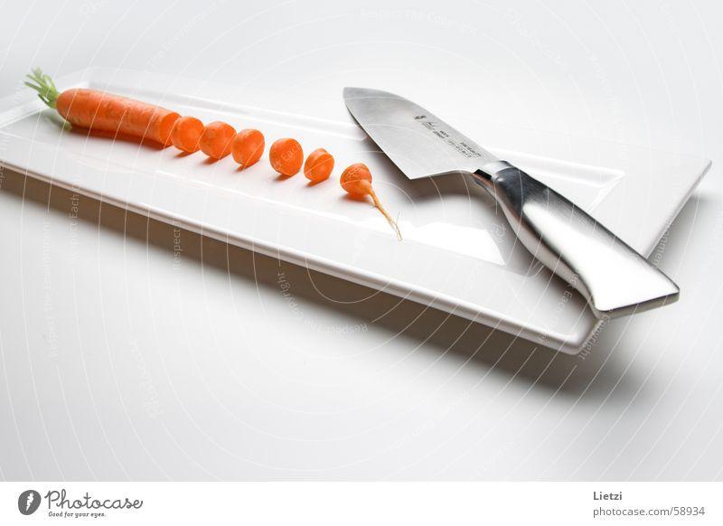 Diät-Möhre geschnitten klein Teller Rechteck flach weiß Innenaufnahme Weitwinkel Messer Teile u. Stücke hell High Key orange gefächert Metall weißer fond ruhig