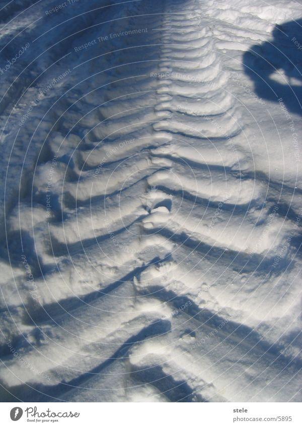 Traktorspuren im Schnee Spuren