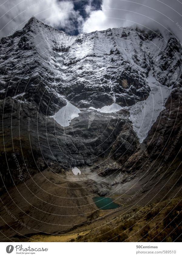 Schneebedeckte Gipfeln ragen über Gebirgssee Ferien & Urlaub & Reisen Tourismus Ausflug Abenteuer Ferne Freiheit Sightseeing Expedition Winter Berge u. Gebirge