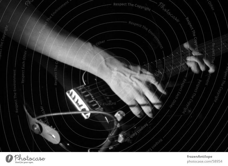 gitarrenspieler Hand weiß schwarz dunkel Kraft Finger Geschwindigkeit Kabel Rockmusik Gitarre Griff Gefäße Saite Gürtel Elektrogitarre