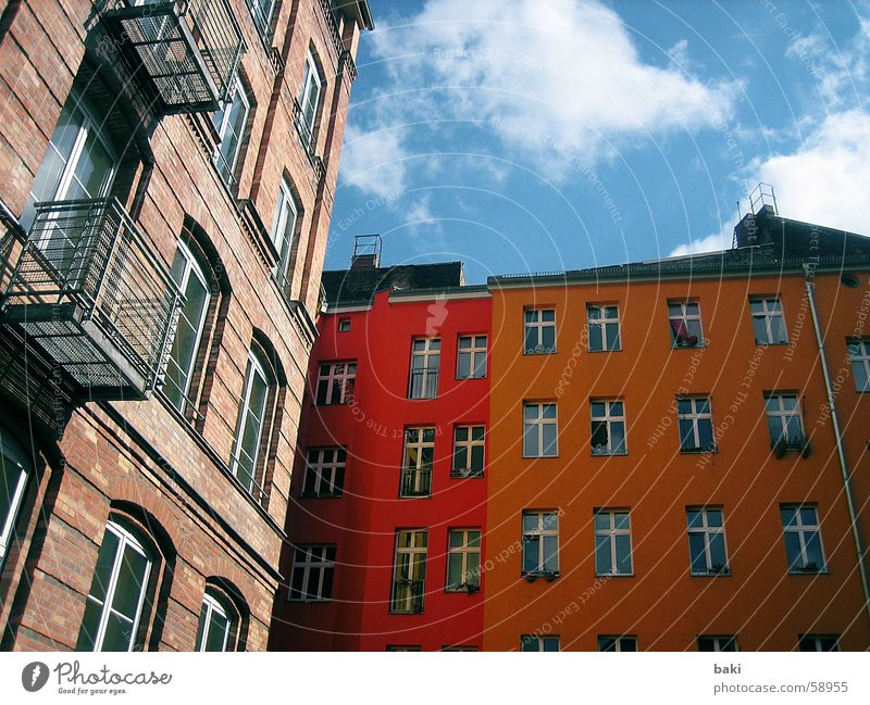 Hinterhof in Berlin Himmel blau Freude Wolken Farbe Haus gelb Freiheit orange