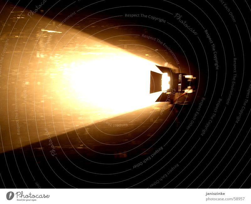 Licht aus, Spot an! Kunstlicht dunkel Pornographie indirekt Bühnenbeleuchtung Fernsehen Werkstatt Fotograf Photo-Shooting Blitzlichtaufnahme Bühneneingang